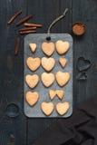 Biscuit-coeurs et ustensiles cuits au four de cuisine Photographie stock libre de droits
