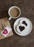 Biscuit-coeurs romantiques de petit déjeuner de jour du ` s de Valentine avec la confiture, le café et un cadeau en papier de mét Image stock