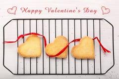 Biscuit croquant délicieux dans des formes de coeurs et inscription heureuse Images stock