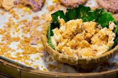 Biscuit croustillant thaïlandais de riz avec du sucre de canne images stock