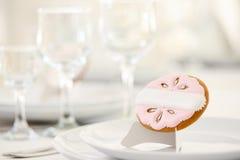 Biscuit décoré du modèle rose et des perles blanches Images stock