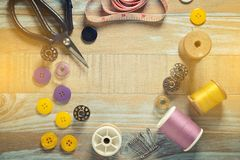 Biscuit d'ABC et outils de couture sur le fond en bois de vintage le Copie-espace Photo libre de droits