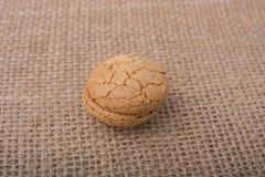 Biscuit d'amande turc sur une toile de toile Photo stock