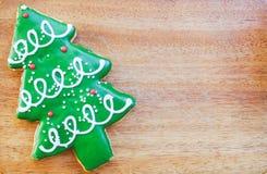 Biscuit d'arbre de Noël sur le fond en bois Photographie stock