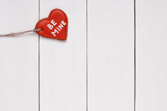Biscuit dans la forme du coeur avec mots le 14 février Images libres de droits
