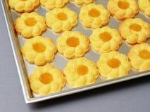 Biscuit dans un plateau Photos stock