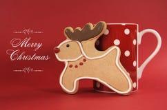 Biscuit de biscuit de vanille de renne avec la tasse de point de polka de café rouge Image libre de droits