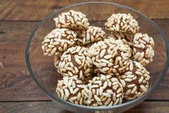 Biscuit de cacao avec du riz soufflé Image stock