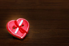 Biscuit de coeur avec le ruban rouge Images stock