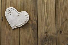 Biscuit de coeur de pain d'épice sur un fond brun en bois Images libres de droits