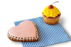 Biscuit de coeur et petit gâteau jaune Photographie stock