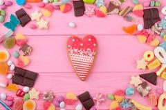Biscuit de coeur modelé par rouge pour le jour de valentines photo stock
