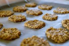 Biscuit de farine d'avoine de banane sur la casserole image libre de droits
