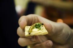 Biscuit de fixation de main avec le ver de farine Photo stock
