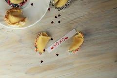 Biscuit de fortune cassé avec le blanc sur la table Photos libres de droits