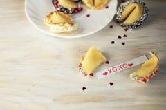 Biscuit de fortune ouvert décoré avec le blanc Photographie stock libre de droits