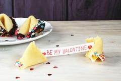 Biscuit de fortune ouvert décoré avec le blanc Photo stock