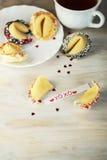 Biscuit de fortune ouvert décoré avec le blanc Images stock