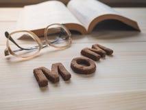 Biscuit de maman de Word au-dessus du fond en bois Le concept d'un parent célibataire Photo stock