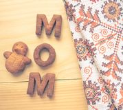 Biscuit de maman de Word au-dessus du fond en bois Le concept d'un parent célibataire Photographie stock
