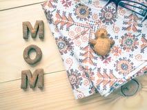 Biscuit de maman de Word au-dessus du fond en bois Le concept d'un parent célibataire Photo libre de droits