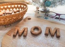 Biscuit de maman de Word au-dessus du fond en bois Le concept d'un parent célibataire Photos libres de droits