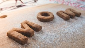 Biscuit de maman de Word au-dessus du fond en bois Le concept d'un parent célibataire Images libres de droits