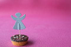 Biscuit de Noël avec le haut de forme décoratif d'ange sur le fond rose Photo libre de droits