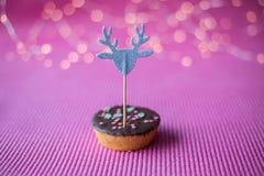 Biscuit de Noël avec le haut de forme décoratif sur le fond rose Images stock