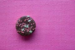 Biscuit de Noël avec le haut de forme d'étoile sur le fond rose Photographie stock
