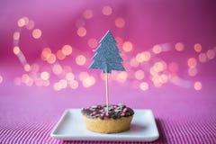 Biscuit de Noël avec le haut de forme de deco sur le fond rose Images libres de droits