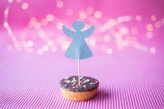 Biscuit de Noël avec le haut de forme de deco sur le fond rose Photographie stock libre de droits