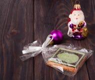 Biscuit de Noël avec les sucreries colorées sur le fond en bois Photos stock