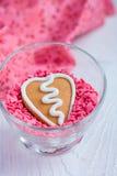Biscuit de pain d'épice de Valentine de forme de coeur Image stock