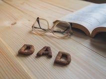 Biscuit de papa de Word au-dessus du fond en bois Photos stock