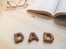 Biscuit de papa de Word au-dessus du fond en bois Images stock