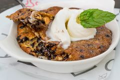 Biscuit de poêle avec la crème glacée tout préparée image stock