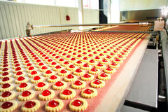 Biscuit de production dans l'usine Photo stock