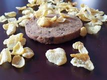 Biscuit de pruneau avec de la céréale Photographie stock