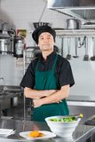 Biscuit de With Salad And de chef sur le compteur Photographie stock libre de droits