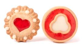 Biscuit deux avec la gelée et le coeur sur un fond blanc images libres de droits