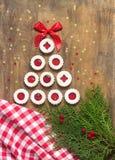 Biscuit du ` s de Linzer présenté sous forme d'arbre, décoré d'un tissu, des brindilles, et des étoiles L'espace de vue supérieur photographie stock