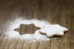 Biscuit en forme d'étoile décoré savoureux de Noël sur le backgroun en bois Images libres de droits