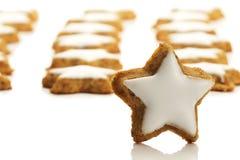 Biscuit en forme d'étoile de cannelle devant on Photographie stock libre de droits
