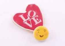 Biscuit en forme de coeur avec l'amour de mot écrit Photographie stock