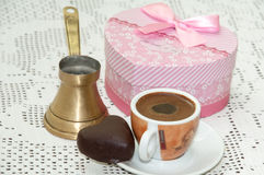 Biscuit en forme de coeur avec le boîte-cadeau rouge avec l'arc et la tasse de café Images stock