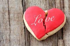 Biscuit en forme de coeur criqué Images stock