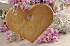 Biscuit en forme de coeur décoratif Images stock