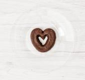 Biscuit en forme de coeur de pain d'épice, symbole de l'amour Photographie stock