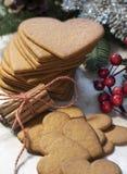 Biscuit en forme de coeur de pain d'épice images libres de droits